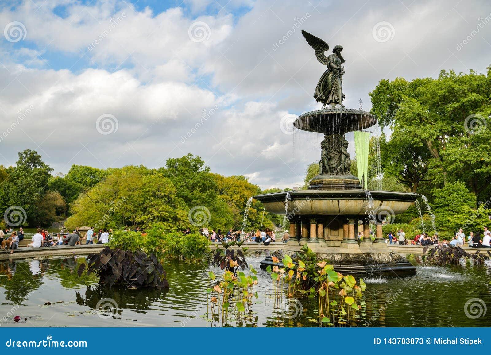 Άνθρωποι που απολαμβάνουν το χρόνο τους δίπλα στην πηγή Bethesda στο Central Park, πόλη της Νέας Υόρκης