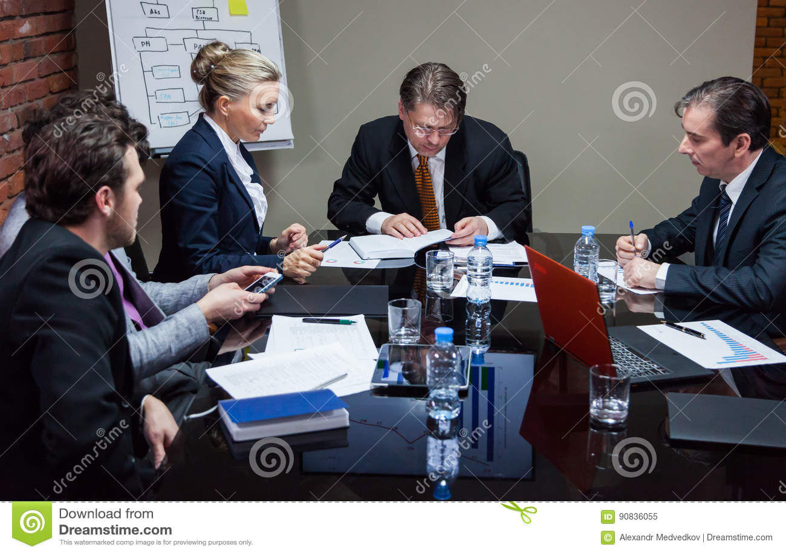 Άνθρωποι που διοργανώνουν τη συνεδρίαση στην αρχή