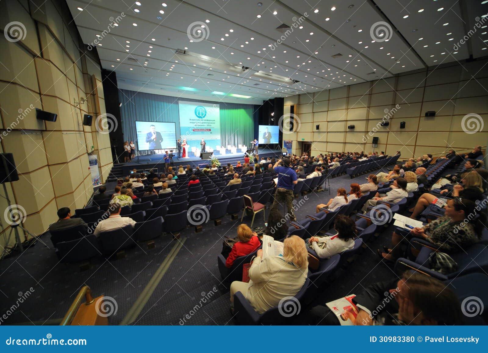 Άνθρωποι που κάθονται στη Διεθνή Διάσκεψη της ιατρικής 2012 βιομηχανίας υγειονομικής περίθαλψης