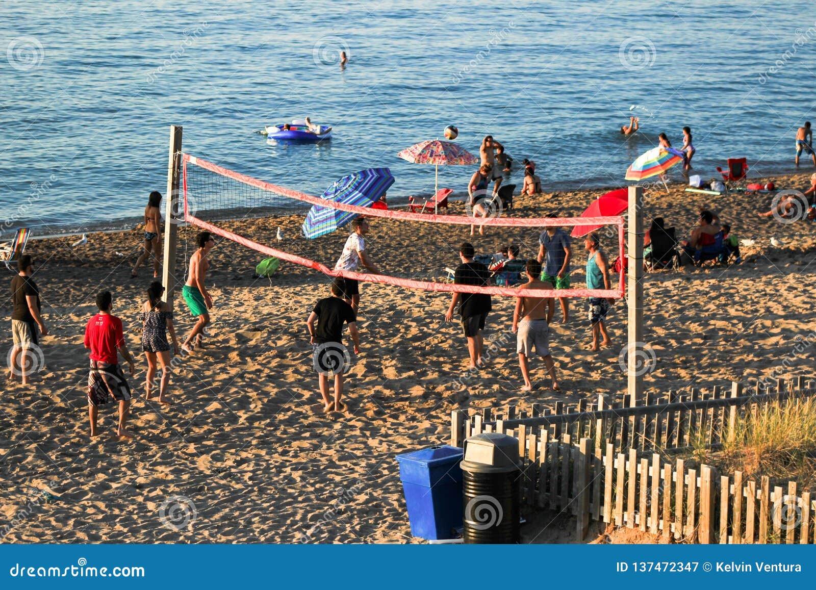 Άνθρωποι που παίζουν την πετοσφαίριση στην παραλία