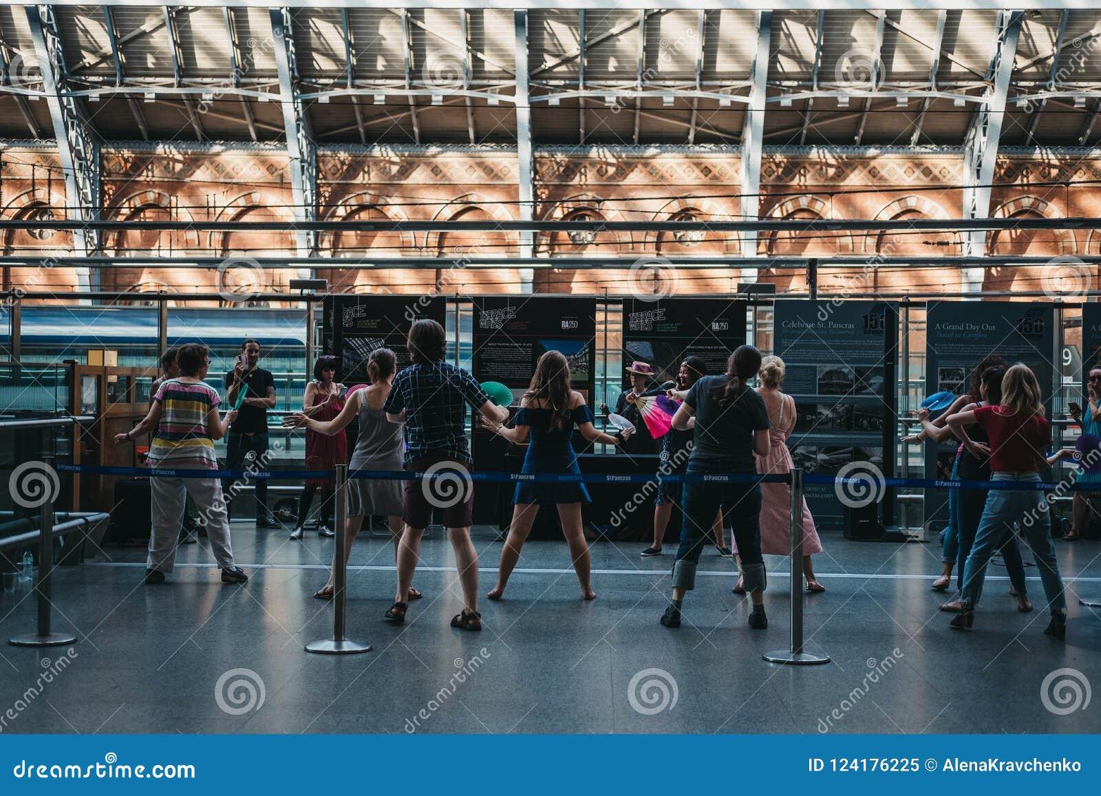 Άνθρωποι που παρευρίσκονται σε ένα αναδρομικό γεγονός χορού μέσα στο σταθμό του ST Pancras, Λονδίνο, UK