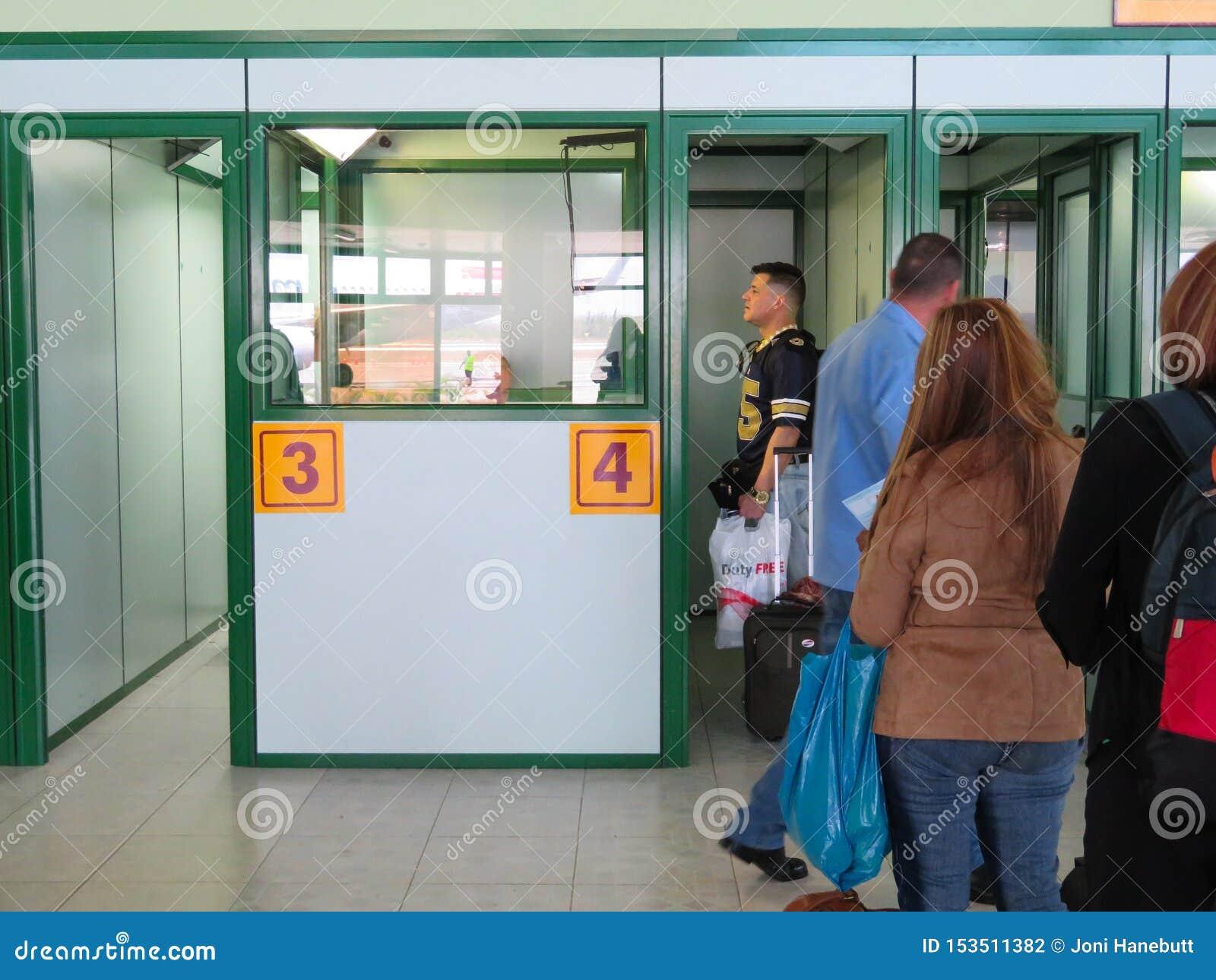 Άνθρωποι που περιμένουν στη γραμμή στον αερολιμένα Hoguin την κουβανική μετανάστευση