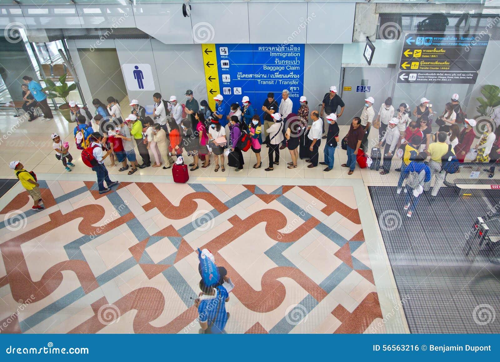 Download Άνθρωποι που περιμένουν στη σειρά στον αερολιμένα Εκδοτική Εικόνες - εικόνα από ασία, άφιξης: 56563216