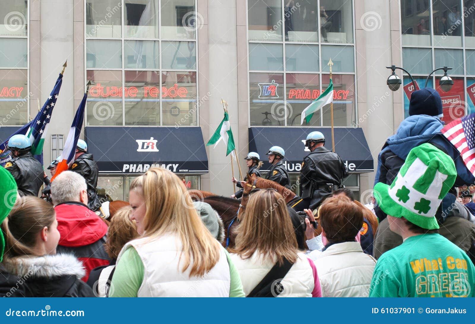 Άνθρωποι που προσέχουν την παρέλαση ημέρας Αγίου Patricks