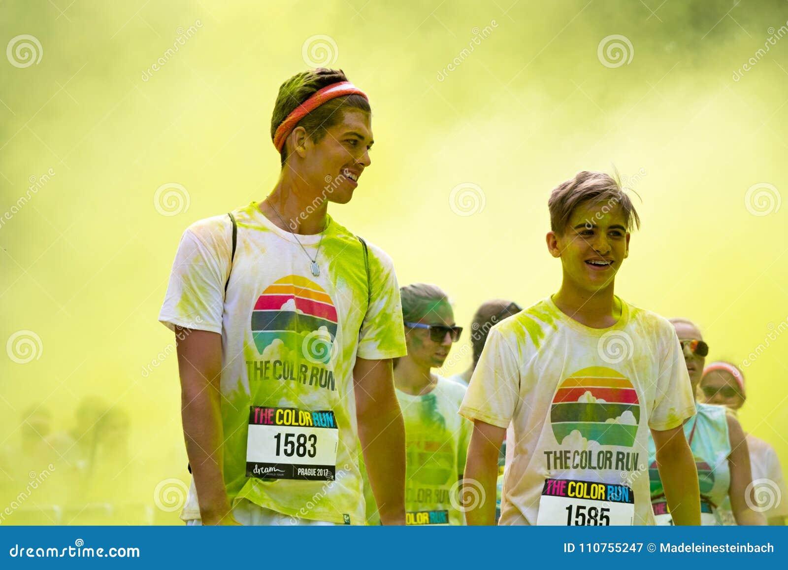 Άνθρωποι που συμμετέχουν στο χρώμα που οργανώνεται στην Πράγα