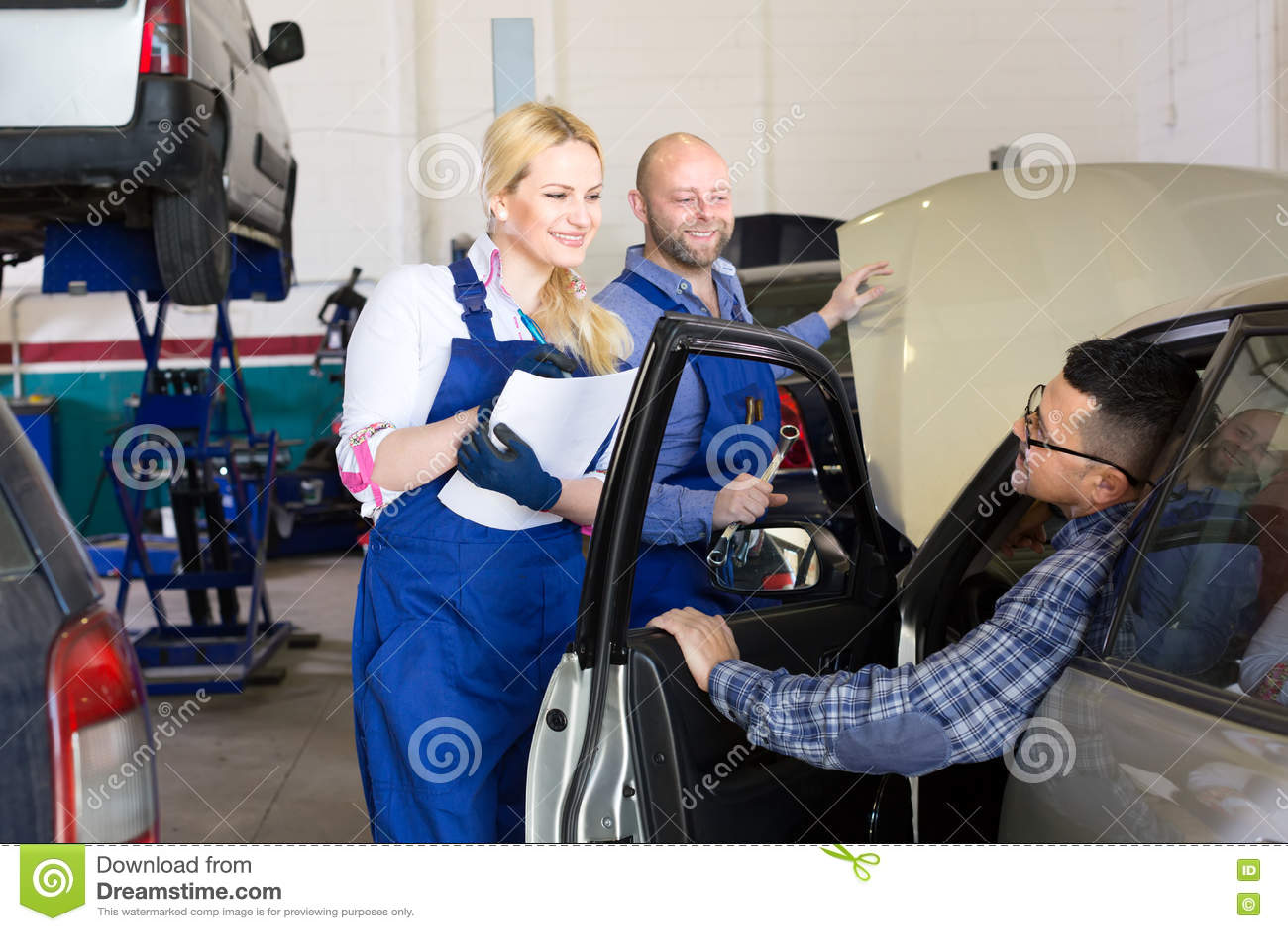 Άνθρωποι σε ένα εργαστήριο υπηρεσιών αυτοκινήτων