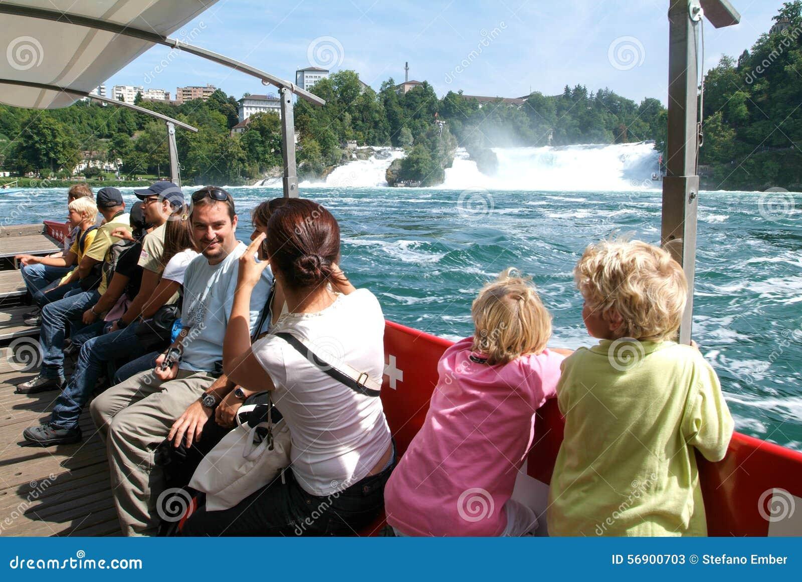 Άνθρωποι σε μια βάρκα τουριστών που πλησιάζει τους καταρράκτες του Ρήνου