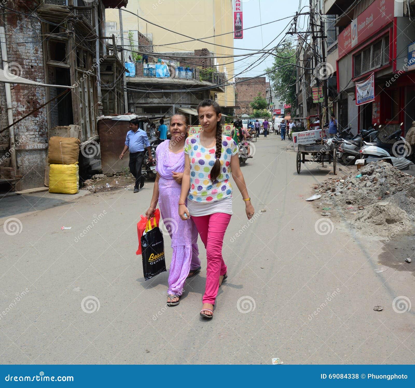 Άνθρωποι στην οδό στο παλαιό Δελχί, Ινδία