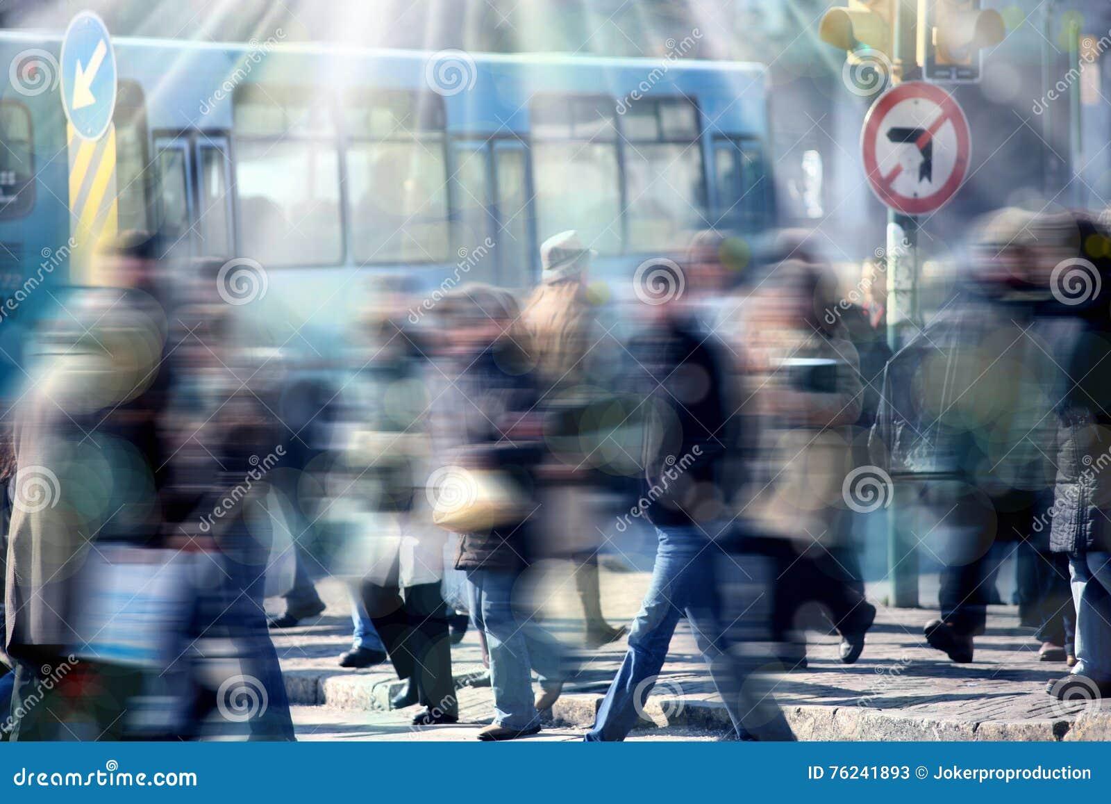 Άνθρωποι στο δρόμο με έντονη κίνηση