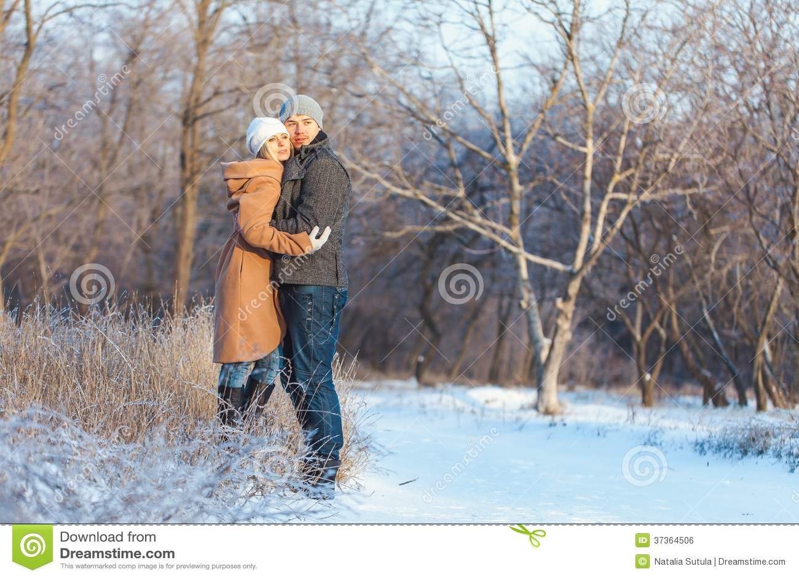Άνδρας και γυναίκα που περπατούν στο πάρκο