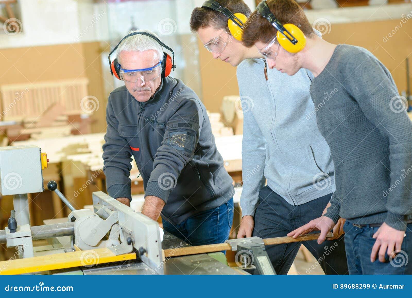 Άνδρες σπουδαστές στην κατηγορία ξυλουργικής