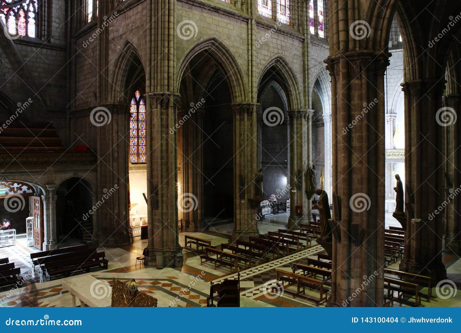 Άποψη άνωθεν σχετικά με το εσωτερικό μιας μεγάλης νεω γοτθικής catolic εκκλησίας στο Κουίτο Ισημερινός