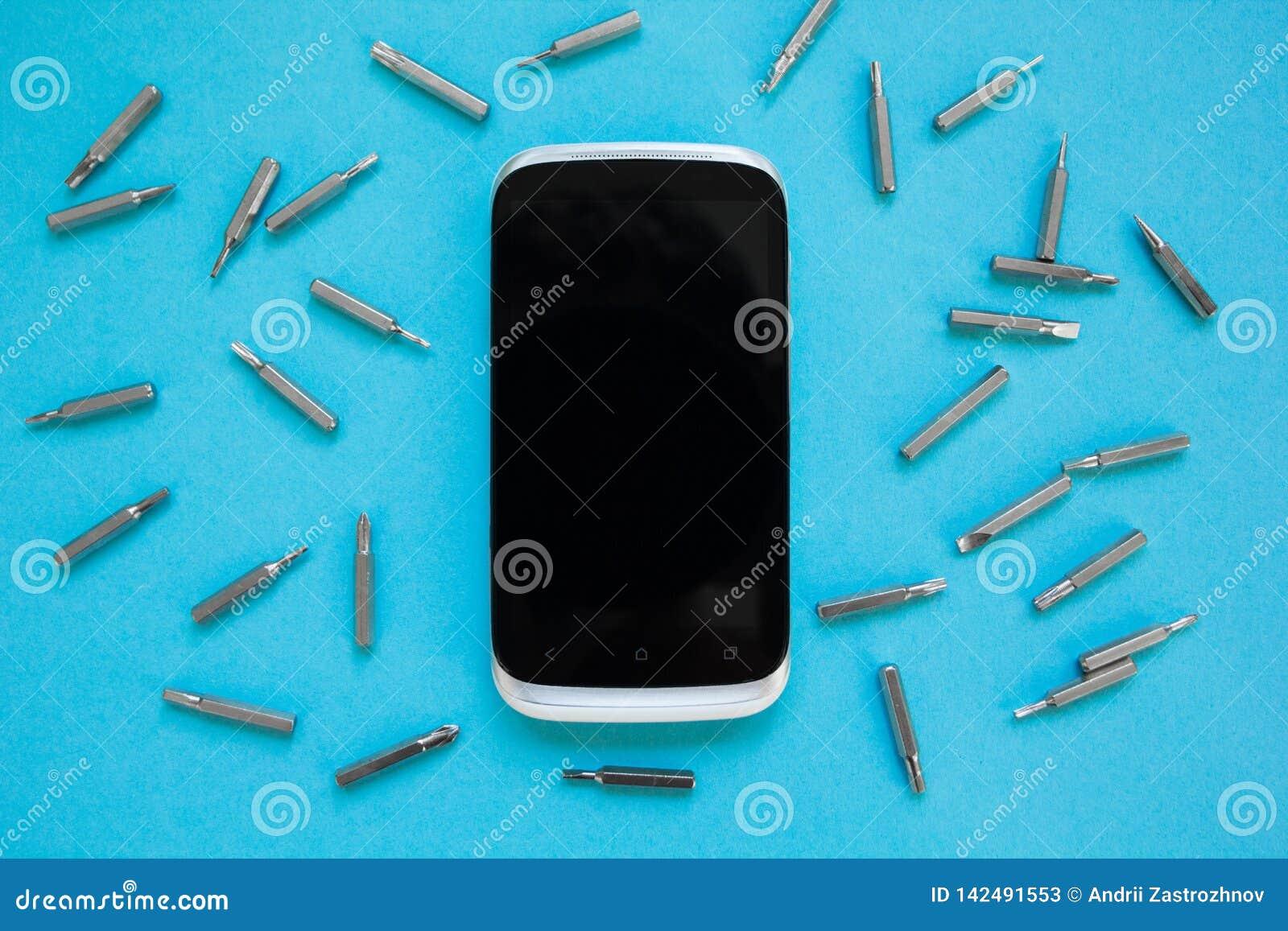 Άποψη άνωθεν σχετικά με το smartphone με τα εργαλεία σε ένα μπλε υπόβαθρο