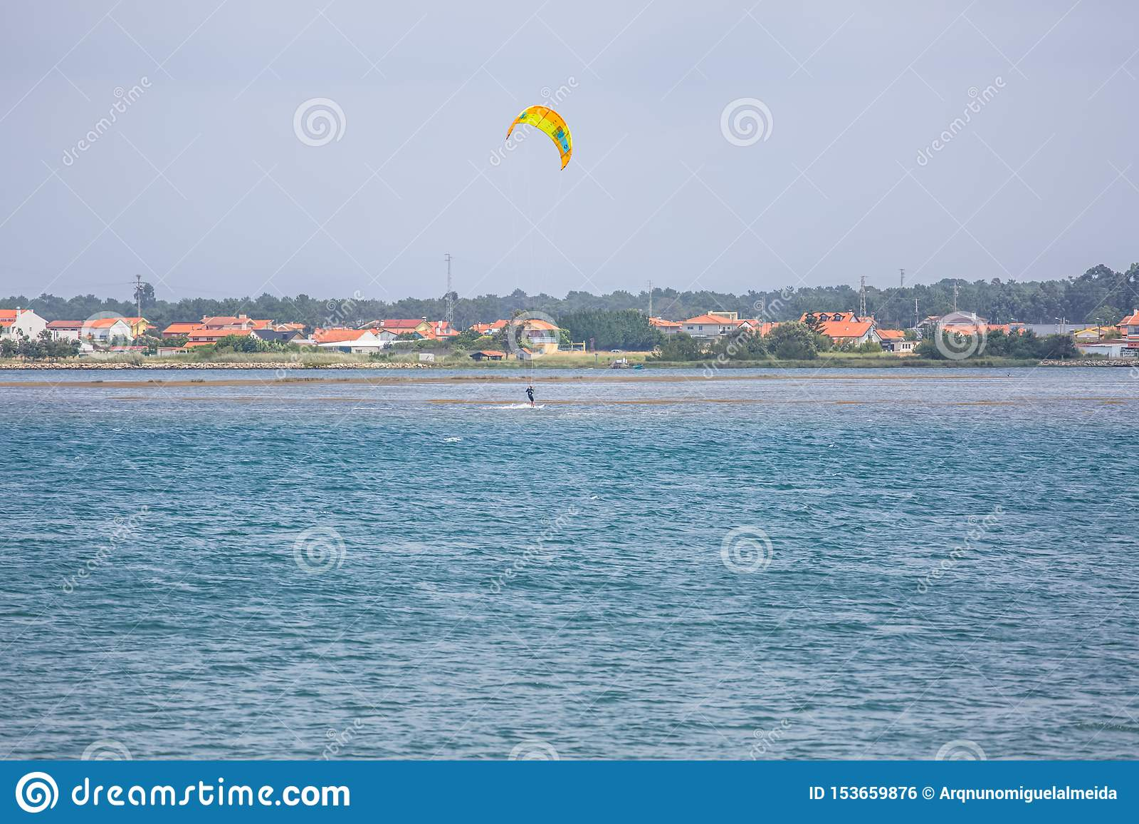 Άποψη αθλητισμού ενός του επαγγελματικού ανδρικού kitesurf που ασκεί τον ακραίο αθλητισμό Kiteboarding