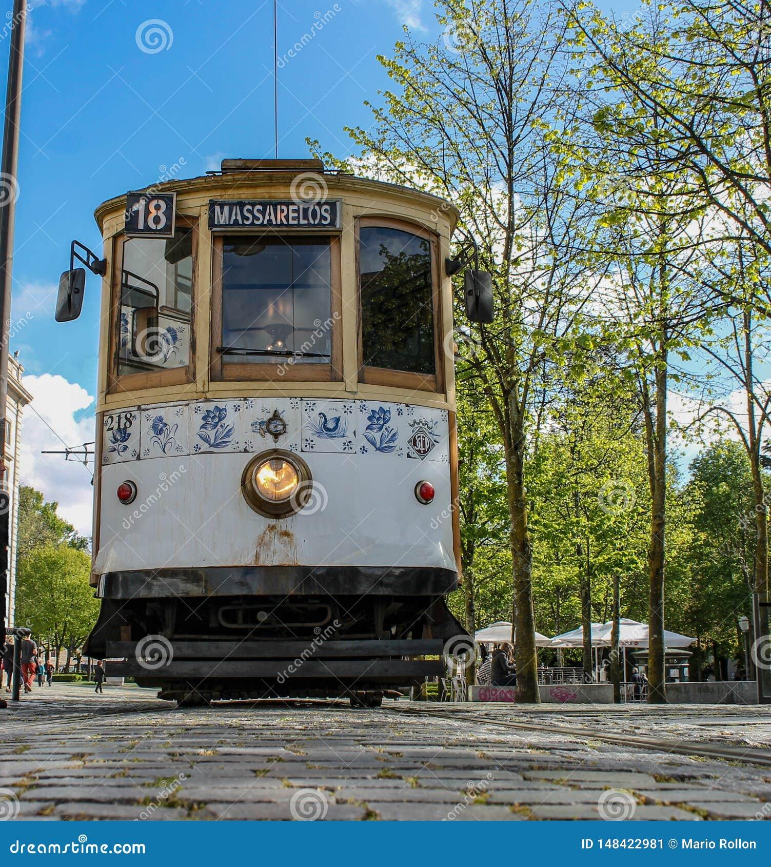Άποψη από κάτω από, του τραμ του Πόρτο που σταματούν στην Πορτογαλία, την Ευρώπη