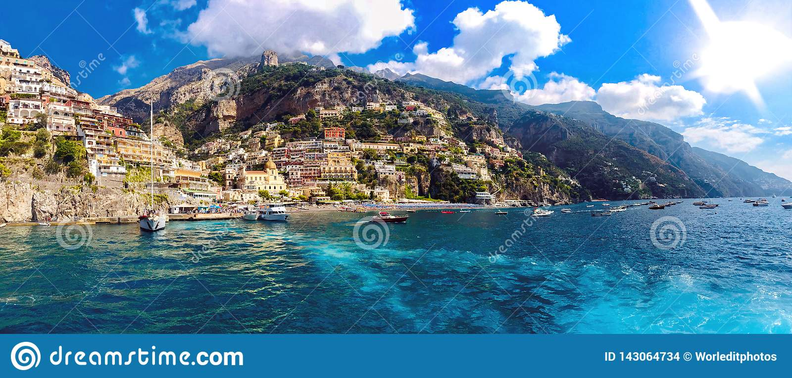 Άποψη από μια ναυσιπλοΐα yatch της ακτής της Νάπολης στην Ιταλία