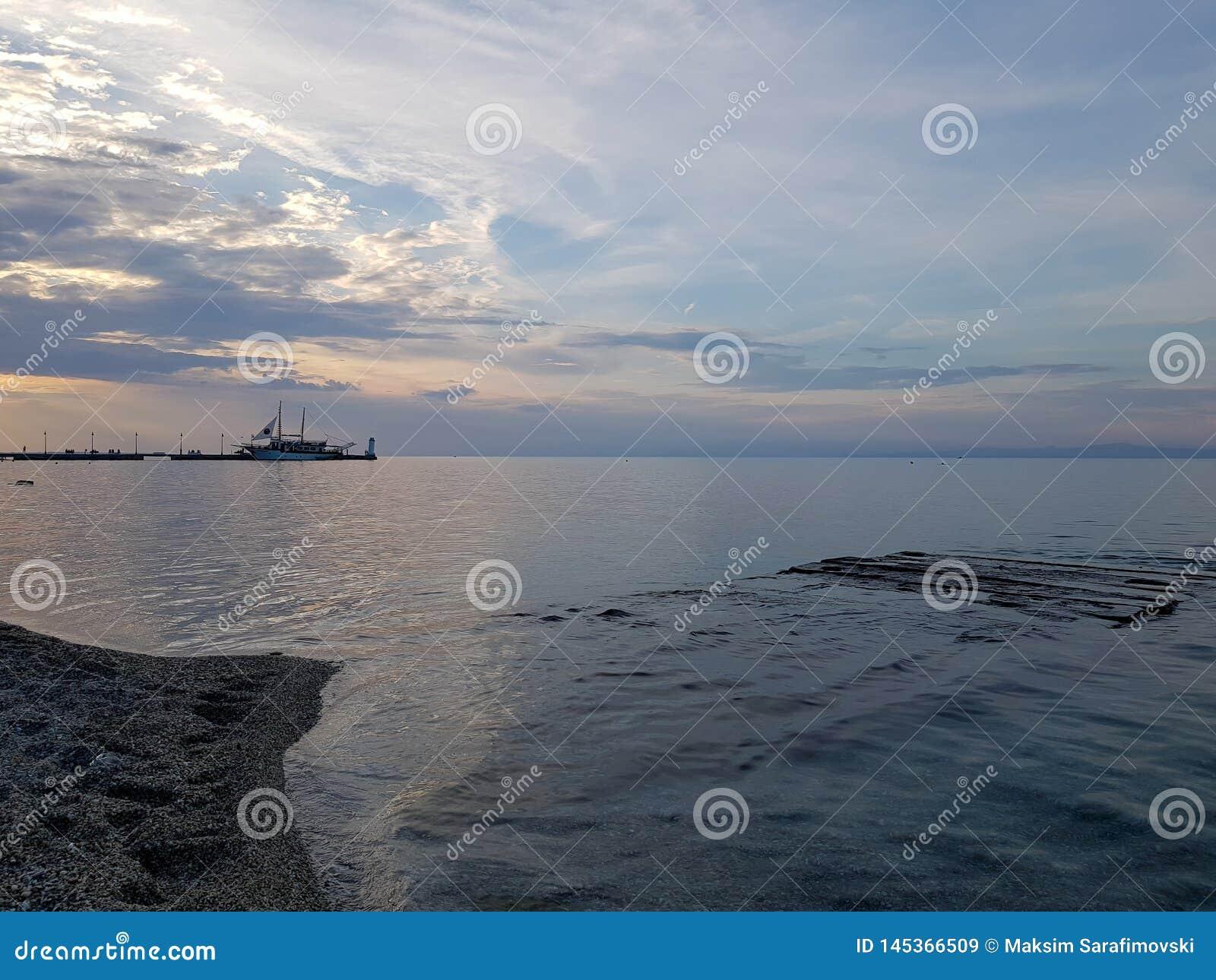 Άποψη από την ακτή στην Ελλάδα με τον όμορφο ουρανό και την μπλε θάλασσ