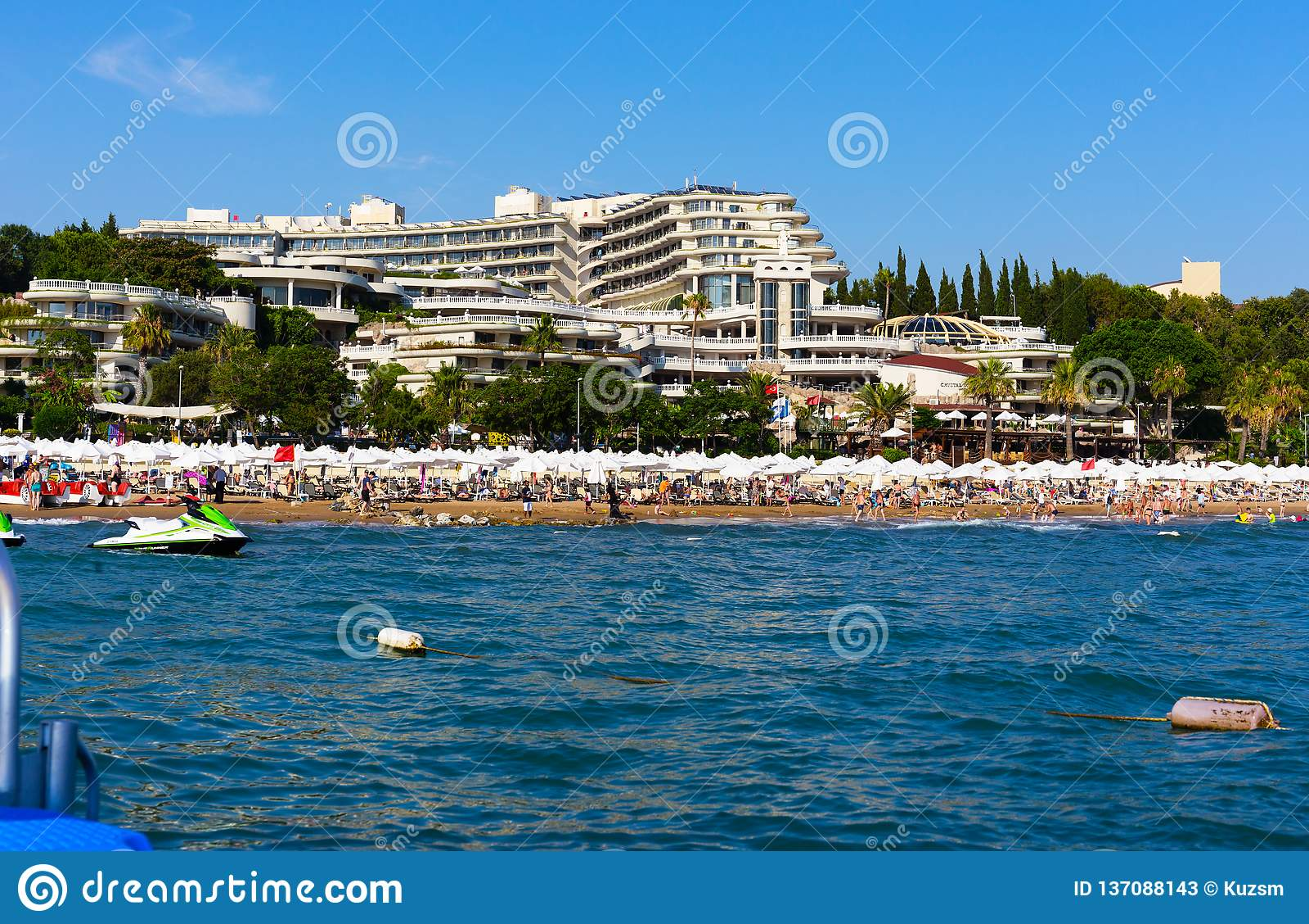 Άποψη από τη θάλασσα στην ανατολή κρυστάλλου ξενοδοχείων βασίλισσα Luxury Resort & SPA κοντά στην πλευρά στην Τουρκία