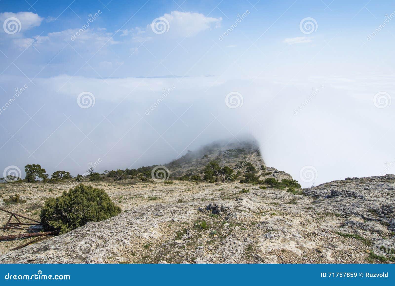 Άποψη από τη δύσκολη κορυφή του βουνού επάνω από τα σύννεφα