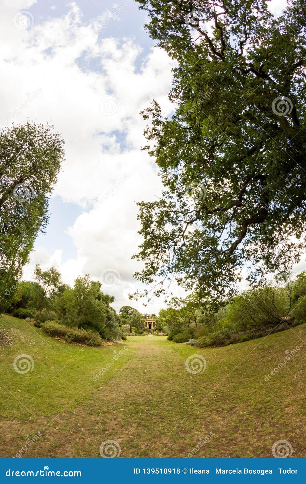 Άποψη από τους κήπους Kew, βασιλικοί βοτανικοί κήποι στο Λονδίνο