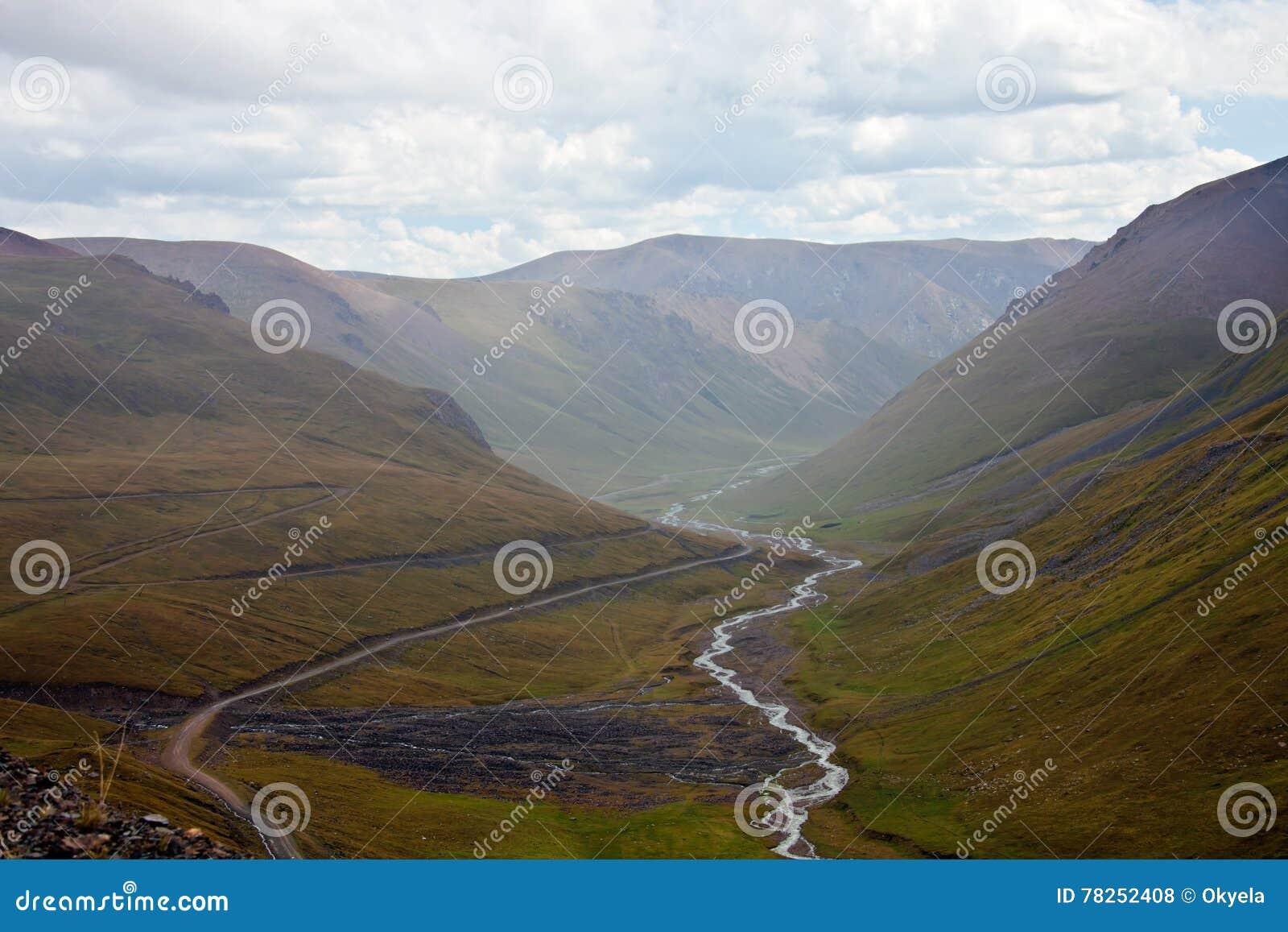 Άποψη από το πέρασμα βουνών στο δρόμο, το φαράγγι και τον ποταμό μέσα