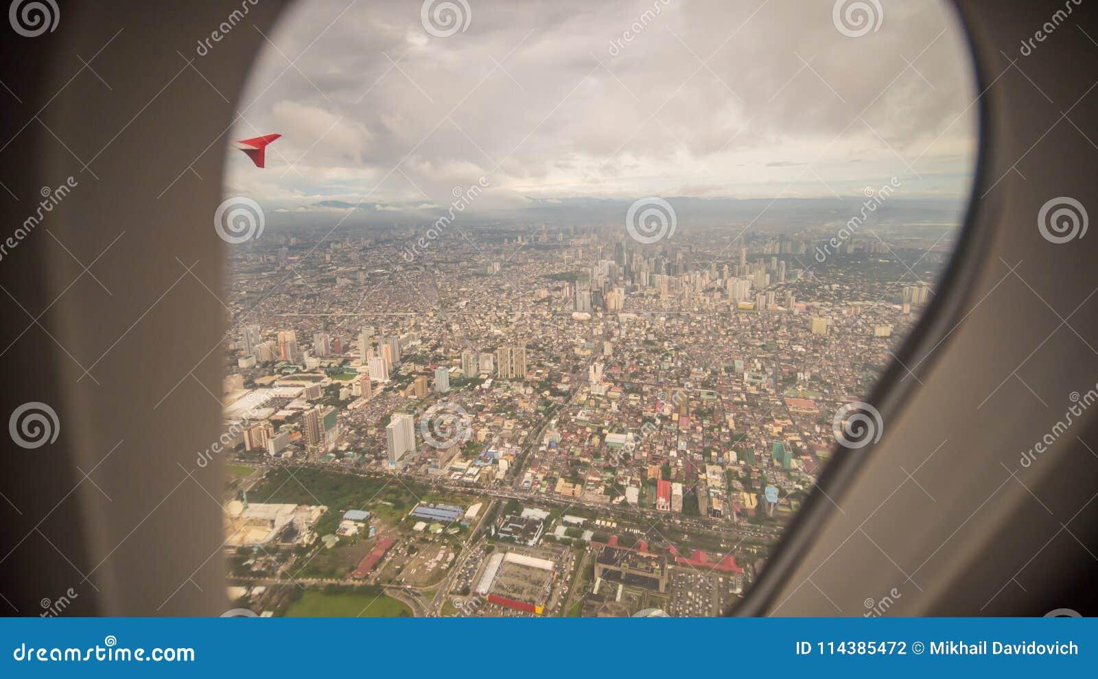 Άποψη από το παράθυρο του αεροπλάνου στην πόλη της Μανίλα Φιλιππίνες