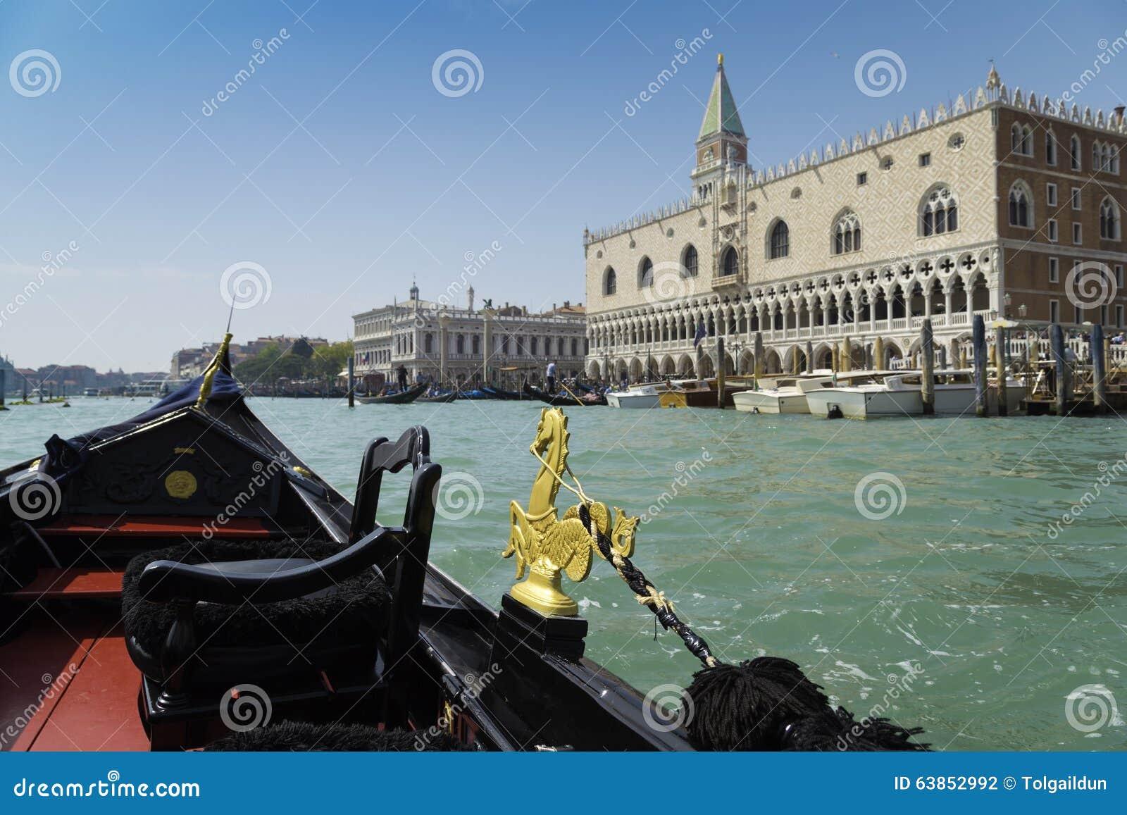 Άποψη από το ταξίδι γονδολών κατά τη διάρκεια του γύρου μέσω των καναλιών με το υπόβαθρο περιοχής SAN Marco στη Βενετία Ιταλία