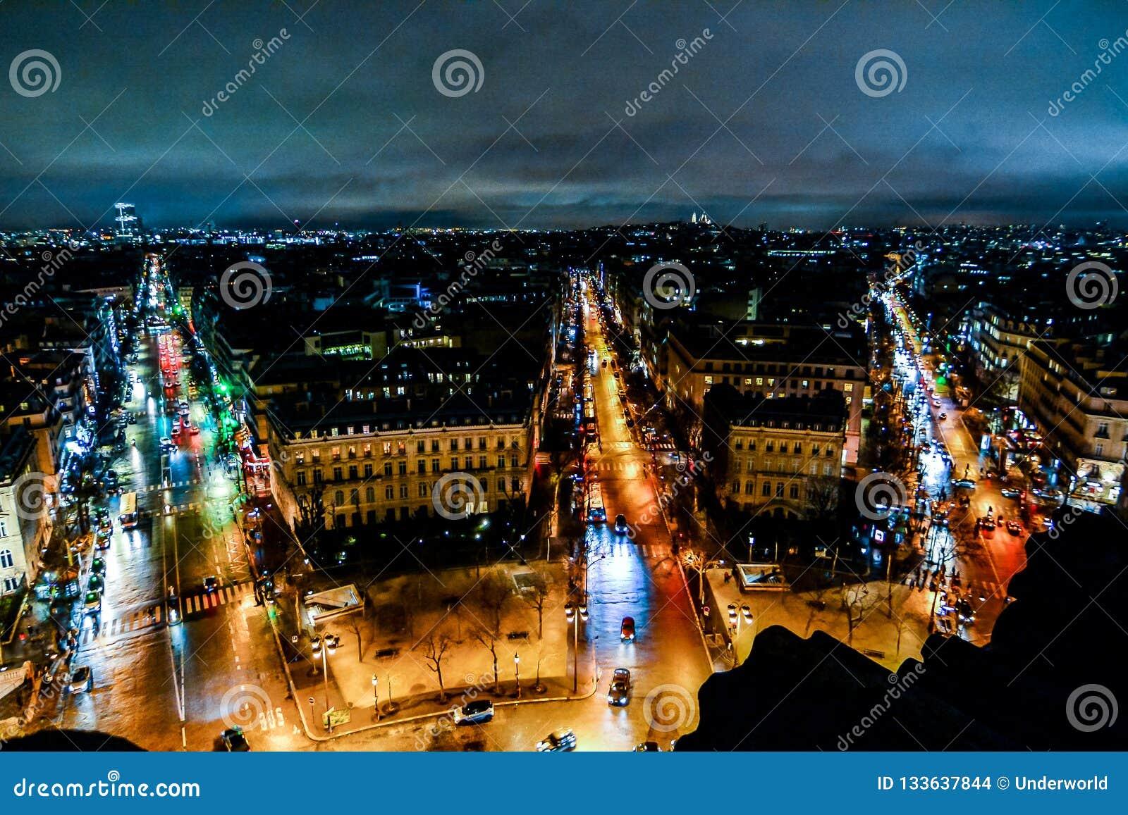 άποψη από το τόξο de triomphe τη νύχτα, εικόνα φωτογραφιών μια όμορφη πανοραμική άποψη της μητροπολιτικής πόλης του Παρισιού