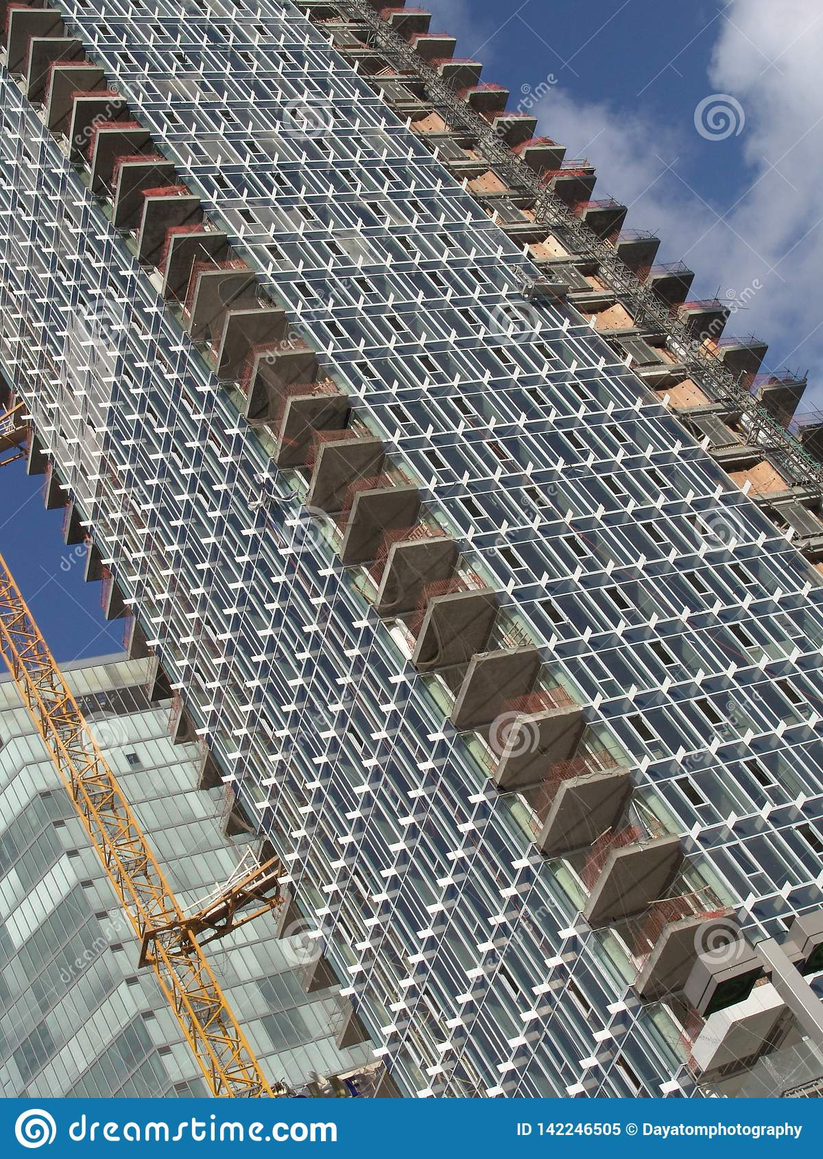 Άποψη γωνιών του δρόμου ενός εργοτάξιου οικοδομής ενός κτηρίου ουρανοξυστών