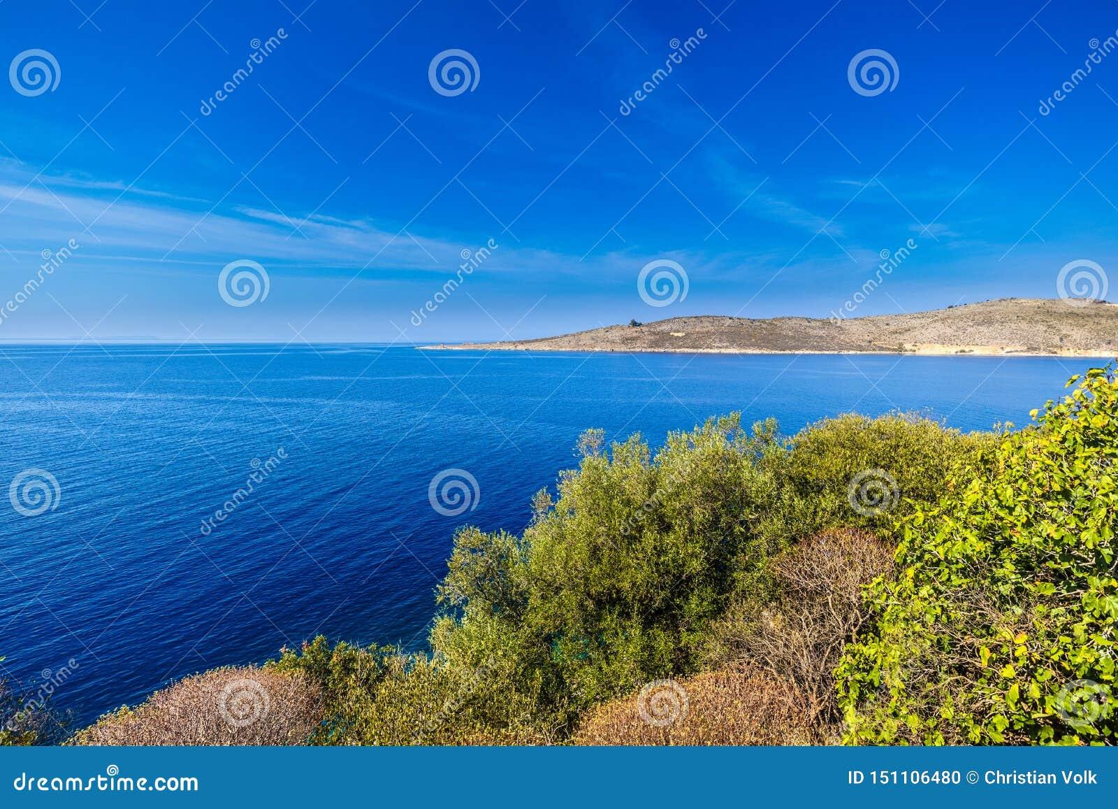 Άποψη επάνω στην αλβανική ακτή κοντά στο Πόρτο Παλέρμο, Αλβανία