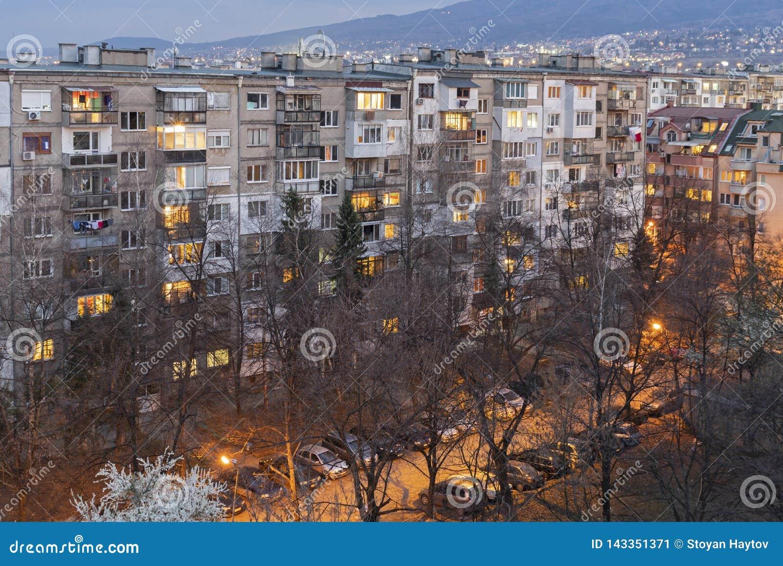 Άποψη ηλιοβασιλέματος του χαρακτηριστικού κατοικημένου κτηρίου από την κομμουνιστική περίοδο στην πόλη της Sofia, Βουλγαρία