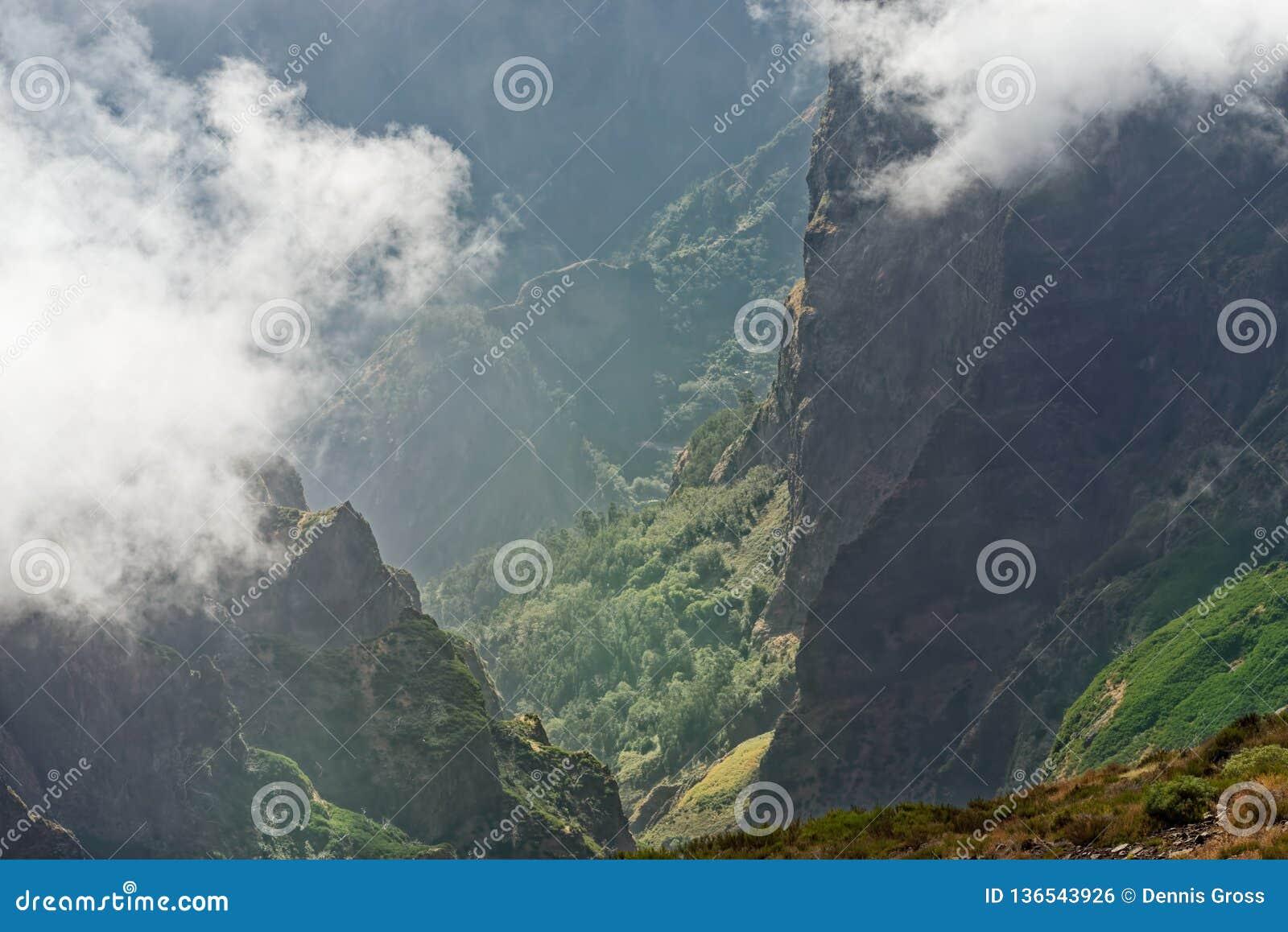 Άποψη κάτω από την αιχμή βουνών σε μια κοιλάδα στον απόμακρο