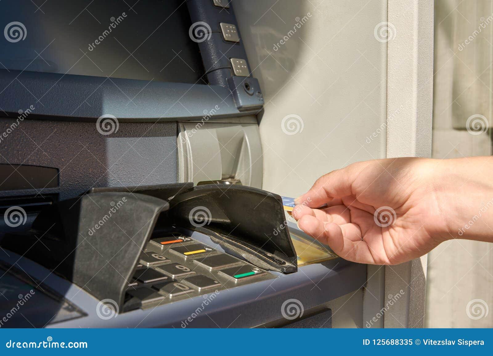 Άποψη κινηματογραφήσεων σε πρώτο πλάνο της μηχανής μετρητών και του χεριού γυναικών ` s με την πιστωτική κάρτα