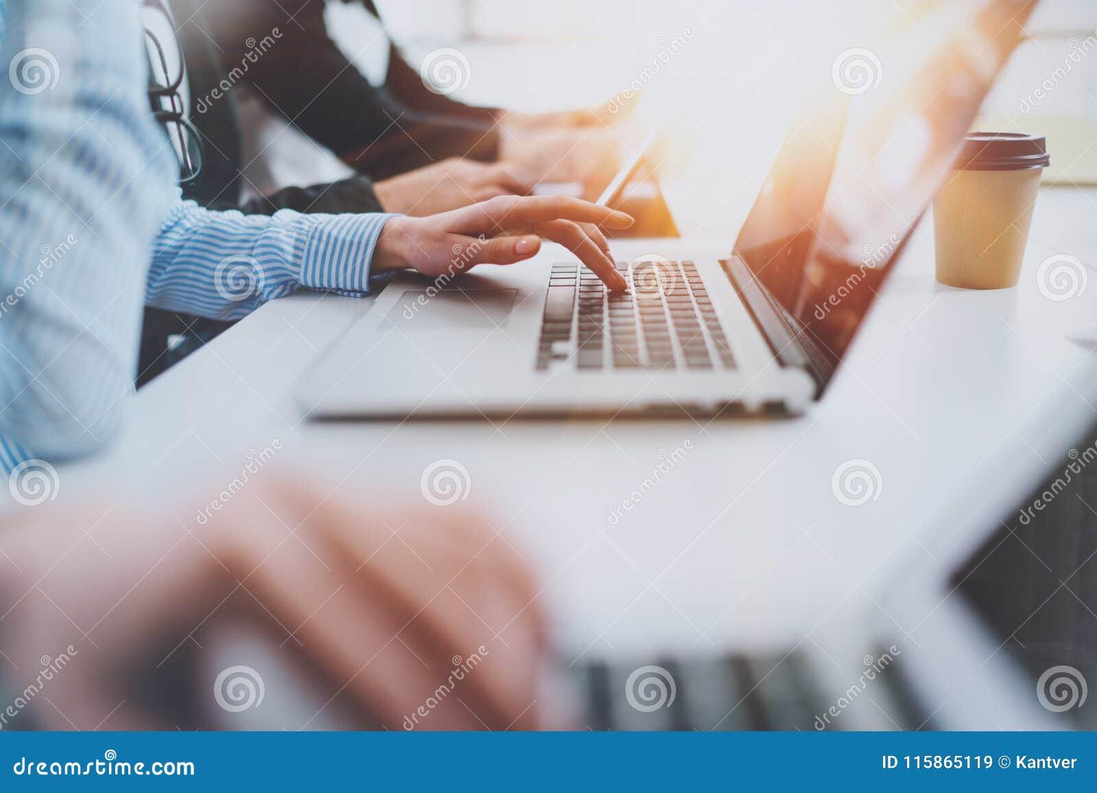 Άποψη κινηματογραφήσεων σε πρώτο πλάνο των θηλυκών χεριών που λειτουργούν στον κινητό υπολογιστή ανασκόπηση που θολώνεται
