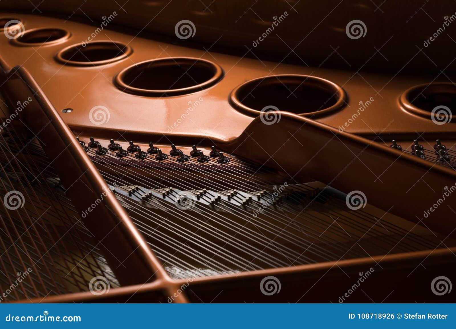 Άποψη λεπτομέρειας του εσωτερικού ενός μεγάλου πιάνου