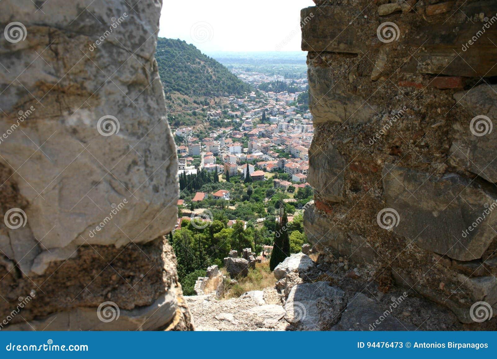 άποψη μέσω μιας θέσης μάχης μαχητών σε ένα μεσαιωνικό φρούριο