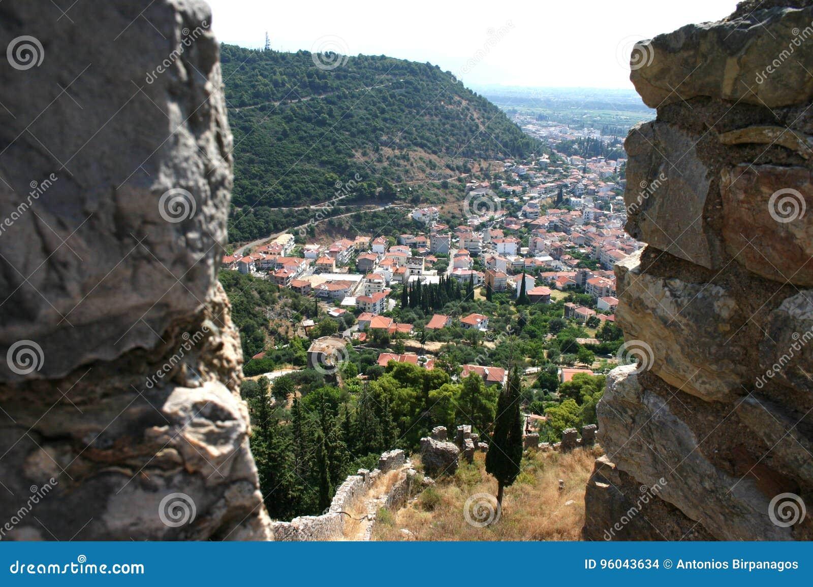 Άποψη μέσω μιας θέσης μάχης μαχητών σε ένα μεσαιωνικό φρούριο 2