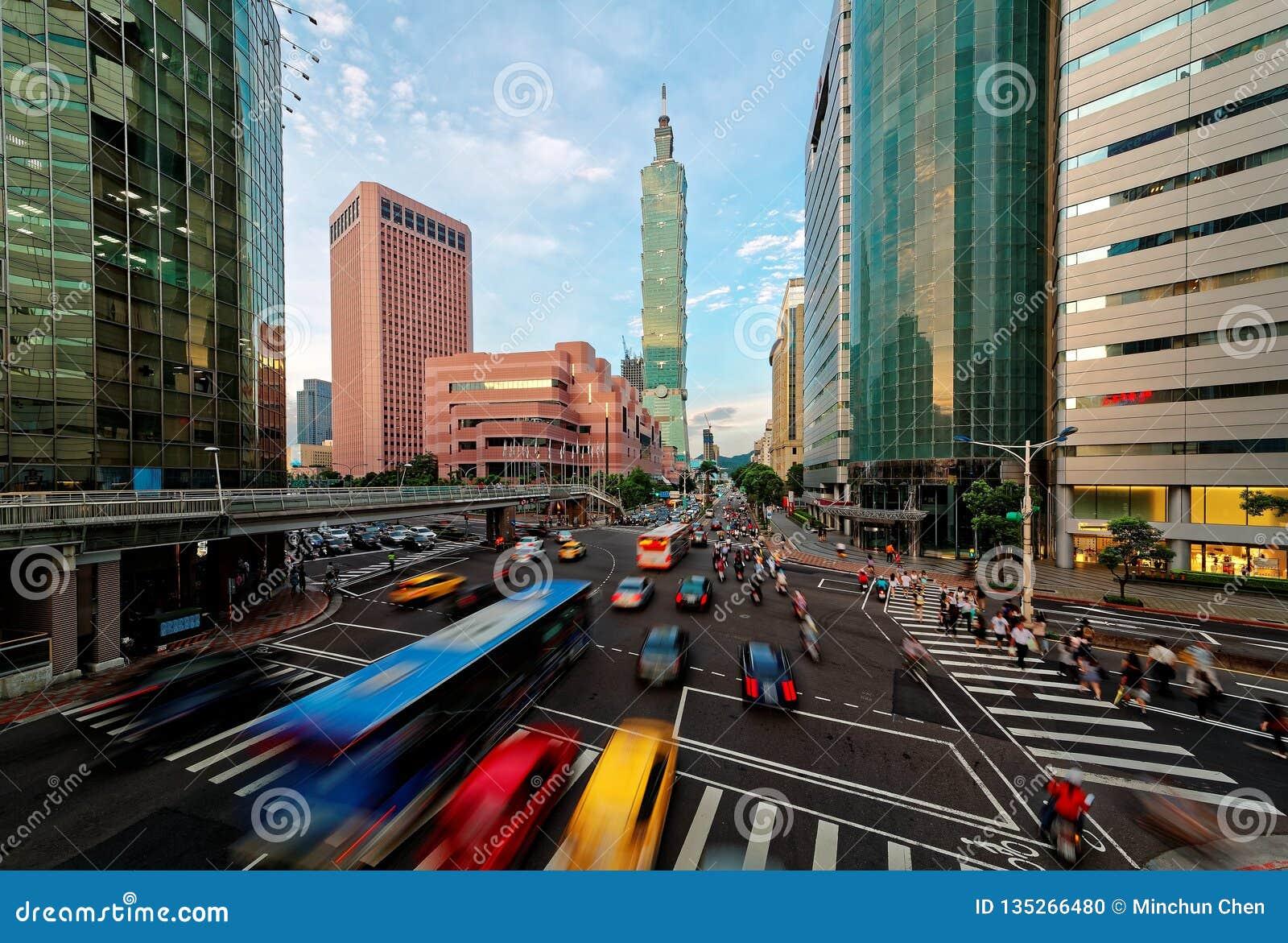Άποψη μιας γωνίας δρόμων με έντονη κίνηση στη στο κέντρο της πόλης πόλη της Ταϊπέι στη ώρα κυκλοφοριακής αιχμής με τα αυτοκίνητα