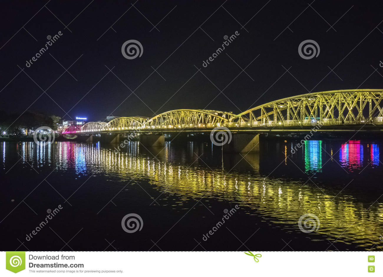 Άποψη νύχτας της γέφυρας Truong Tien στο χρώμα