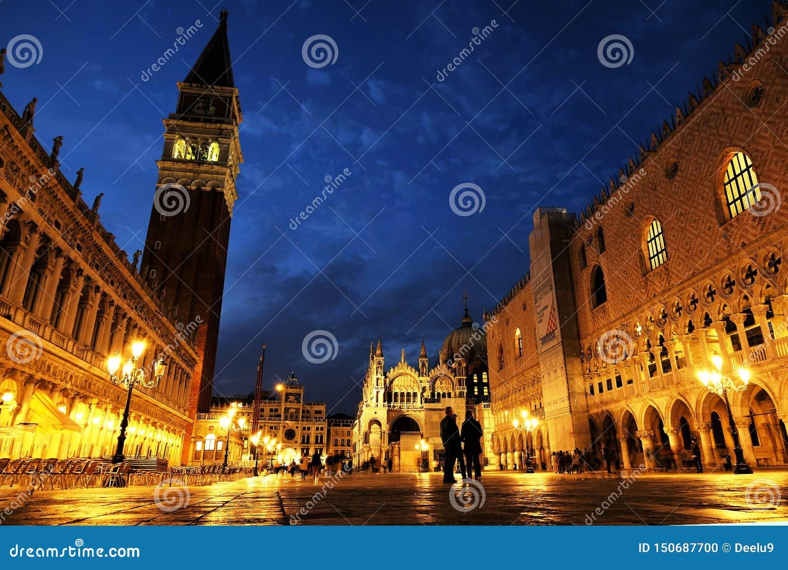 Άποψη νύχτας της τετραγωνικής πλατείας SAN Marco, doge παλάτι Palazzo Ducale του σημαδιού του ST στη Βενετία, Ιταλία