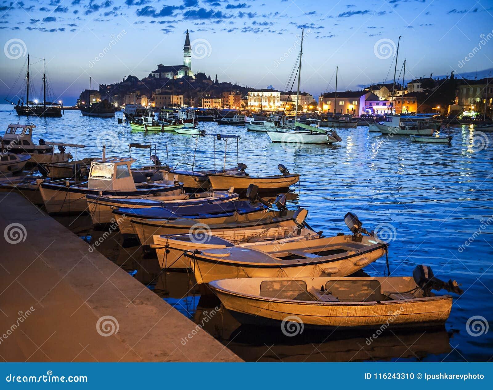 Άποψη νύχτας της όμορφης πόλης Rovinj σε Istria, Κροατία Εξισώνοντας στην παλαιά κροατική πόλη, σκηνή νύχτας με τις αντανακλάσεις