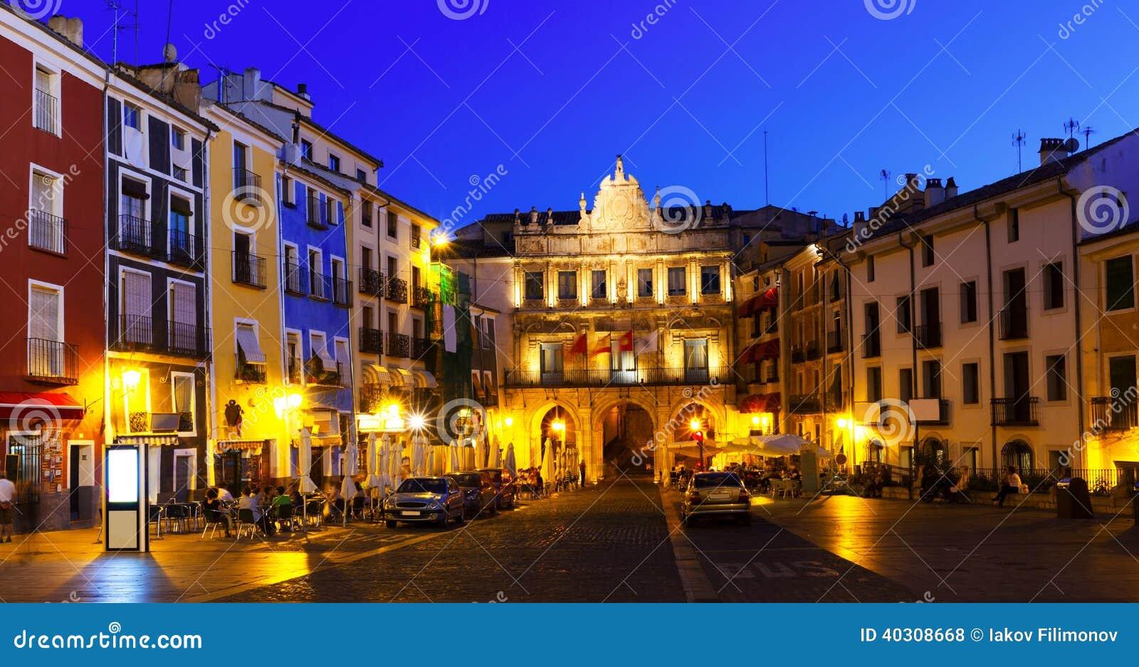 Άποψη νύχτας του δημάρχου Plaza Cuenca