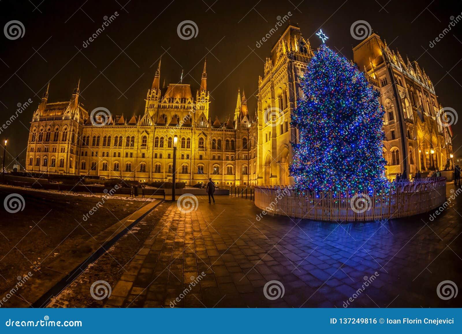 Άποψη νύχτας του ουγγρικού κτηρίου του Κοινοβουλίου, στο χρόνο Χριστουγέννων Βουδαπέστη, Ουγγαρία
