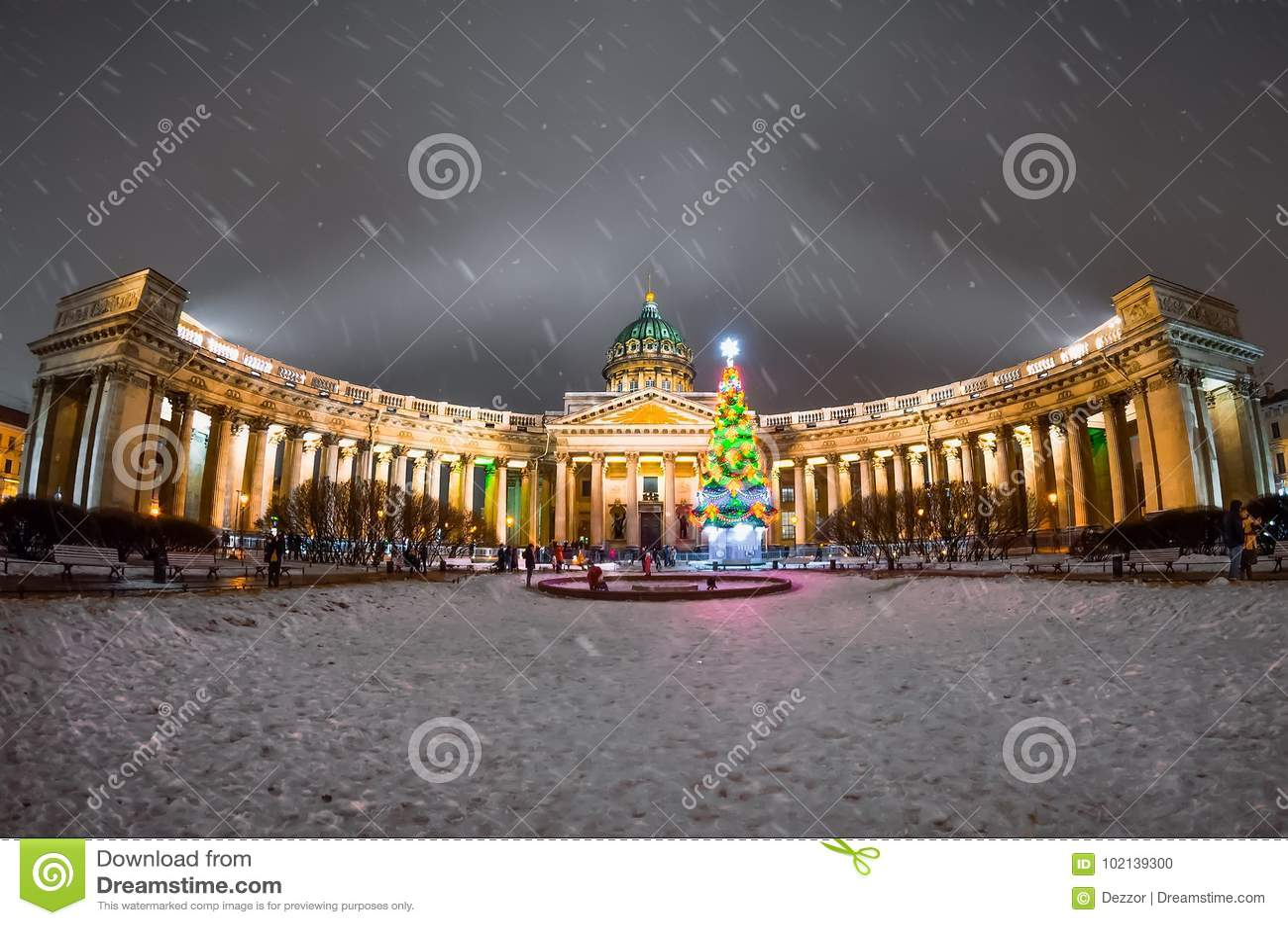 Άποψη νύχτας του Kazan καθεδρικού ναού στην Άγιος-Πετρούπολη στο χειμερινό νέο έτος
