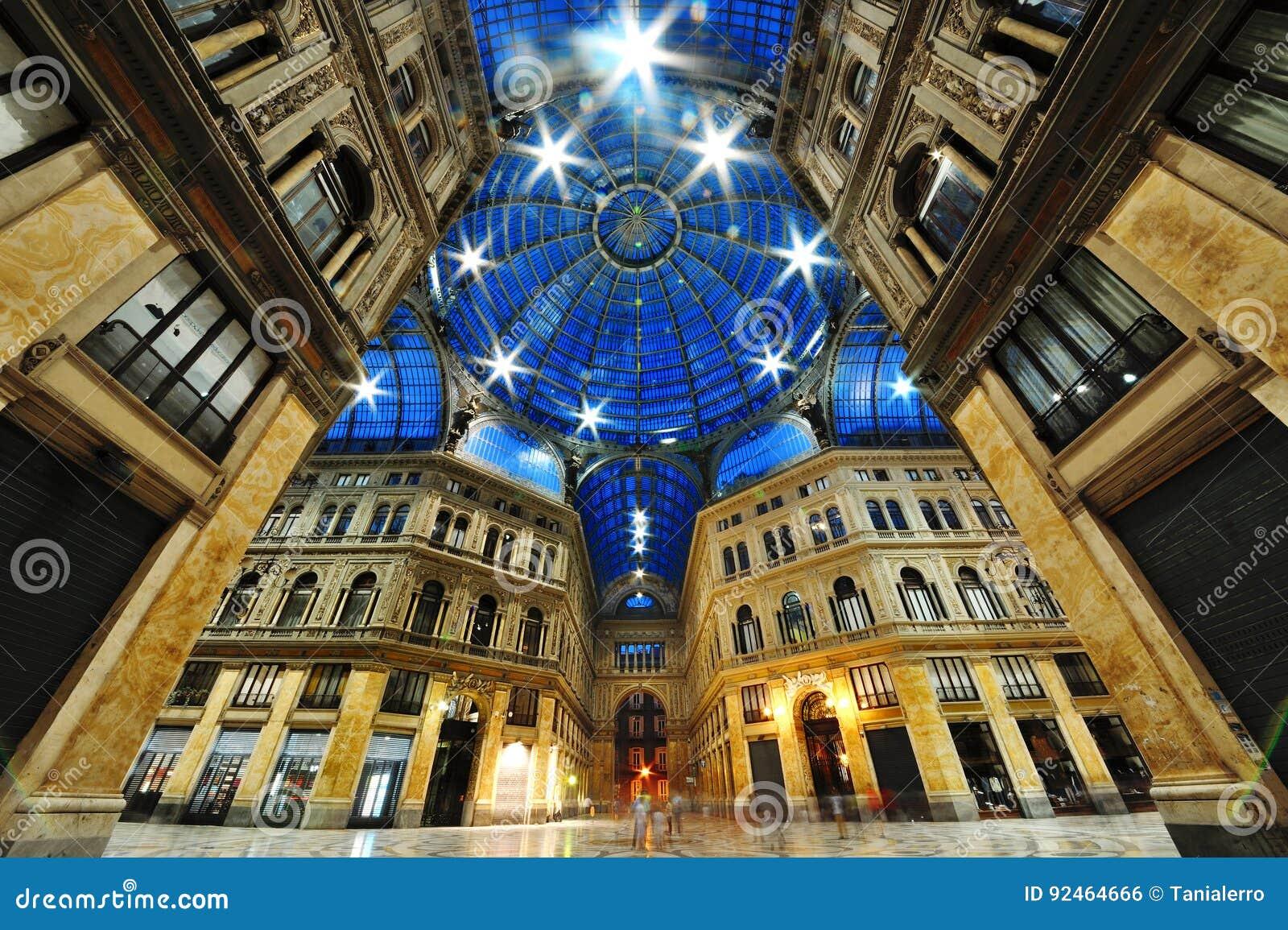 Άποψη νύχτας του Umberto στοών, Νάπολη, Ιταλία