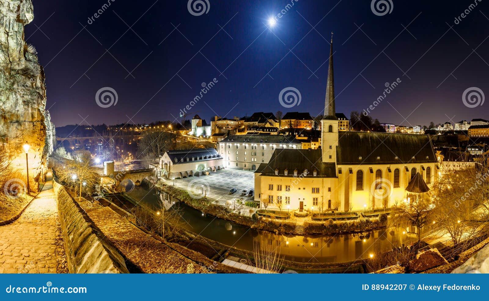 Άποψη νύχτας Neumunster στο Λουξεμβούργο
