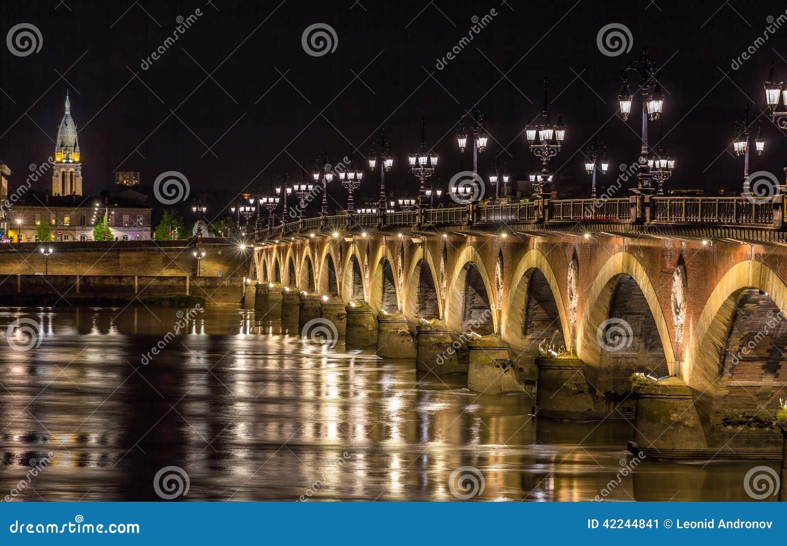 Άποψη νύχτας Pont de Pierre στο Μπορντώ - Aquitaine, Γαλλία