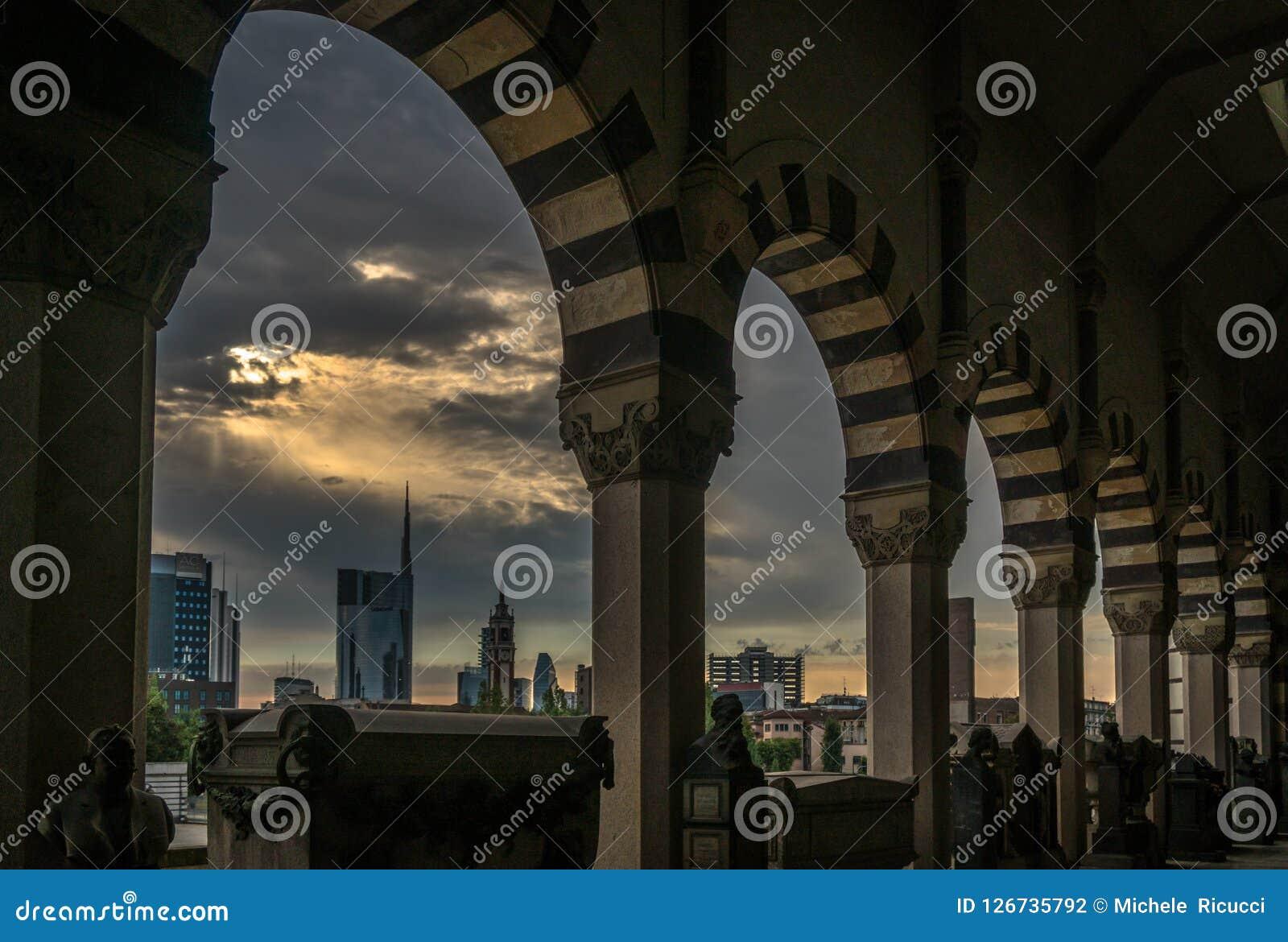 Άποψη οριζόντων του Μιλάνου σε μια νεφελώδη ημέρα με τον επικό ουρανό