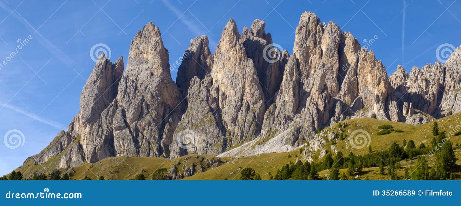 Άποψη πανοράματος στα βουνά στο δολομίτη