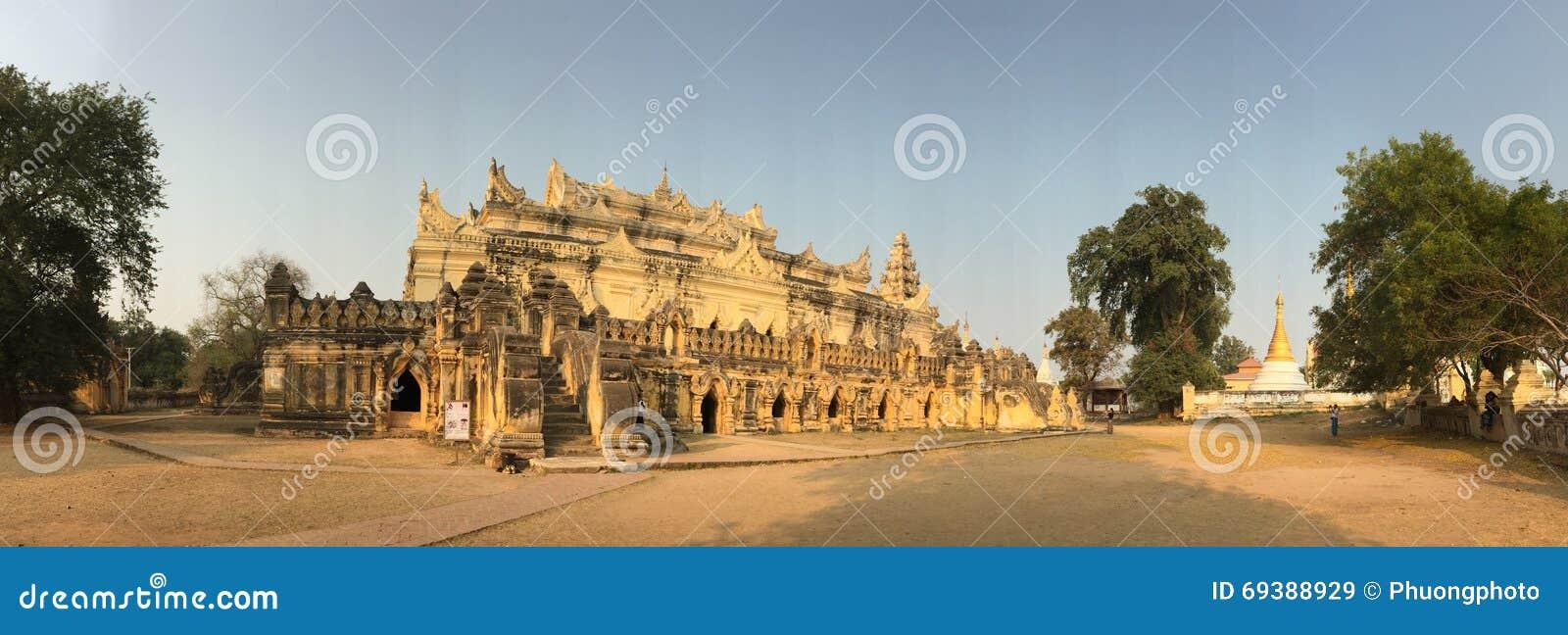 Άποψη πανοράματος του ναού στο χωριό Innwa στο Μιανμάρ